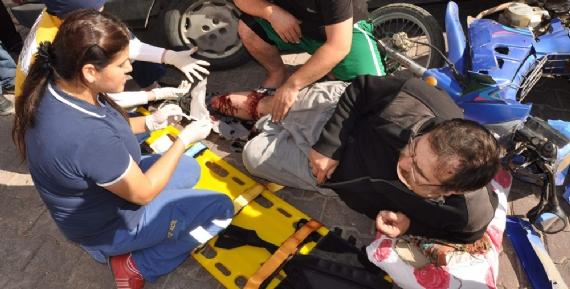 Motorsiklet otomobille çarpıştı!