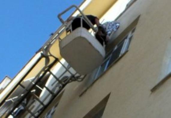 5. kattan dışarı kendini iple astı!