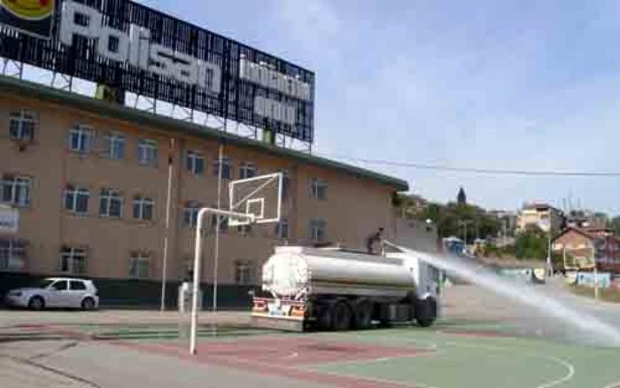 Okulların bahçesi yıkanıyor!