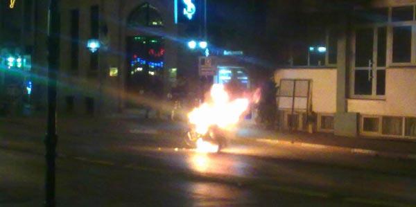 Polisin durdurduğu sürücü motorunu yaktı!