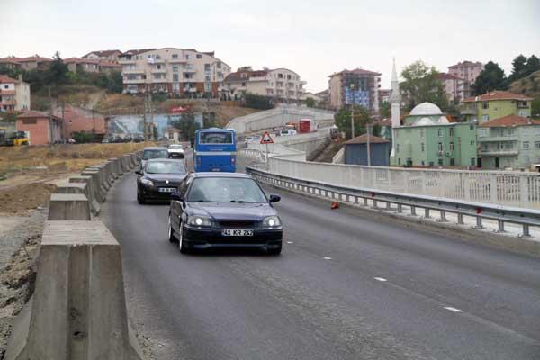 Gölcük 2 Kavşağı'nda bir şerit trafiğe açıldı!