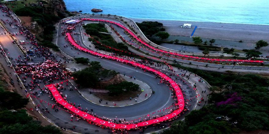 Cumhuriyet yürüyüşü ve fener alayında 400 metrelik Türk bayrağı açıldı