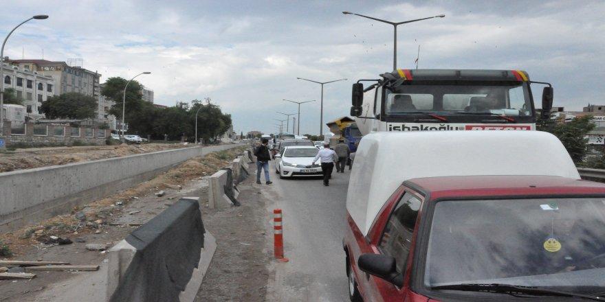 Servis aracı önündeki üç araca çarptı