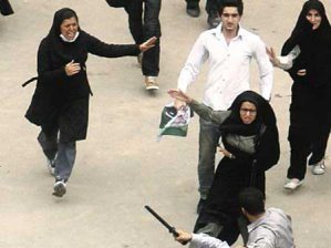İranlı kadından türban dayağı!