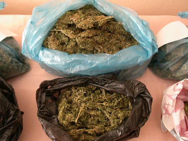 Uyuşturucu satıcılarına baskın!