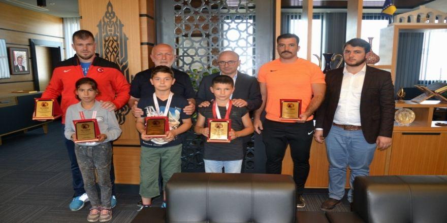 Minik Güreşçilerden Büyük Başarı