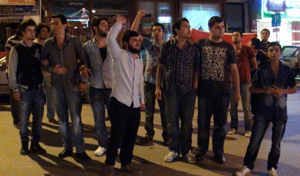 Şehitler için yürümek isteyen gençlere polis engeli!