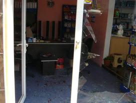 Ofisi basıp esnafı bıçakladılar!