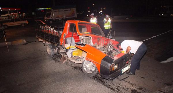 Kamyonet kavşağa çarptı sürücü araçta sıkıştı!