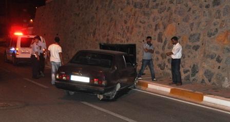 Otomobil istinat duvarına çarptı!