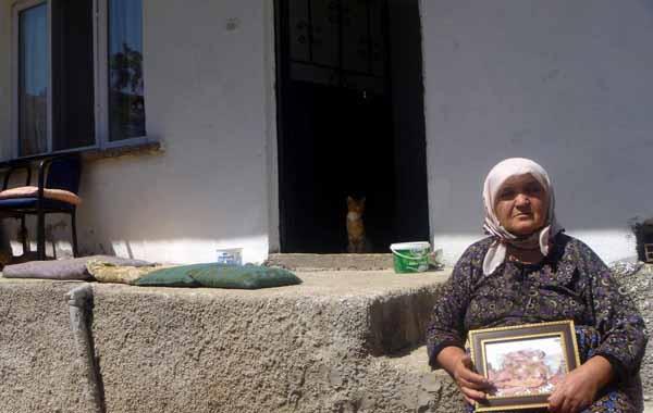 Evi yanan yaşlı kadına hayırseverlerden destek!