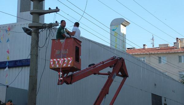 Kopan tel mahalleyi elektriksiz bıraktı!