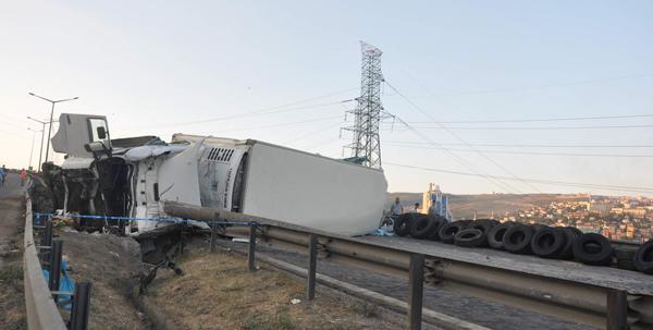 TEM'de TIR'lar çarpıştı: 1 ölü!