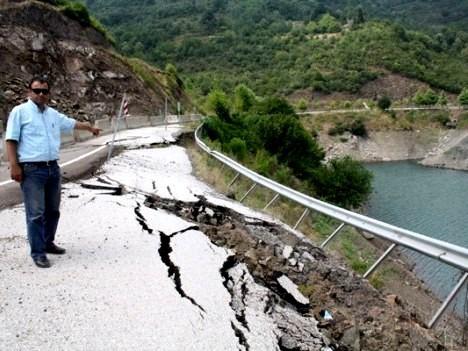 Barajın koruma bantları çöktü!