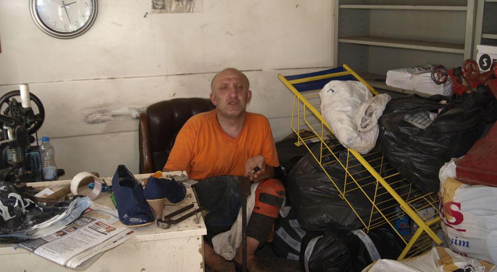 Engelli ayakkabıcı kulübesini kaybetti!