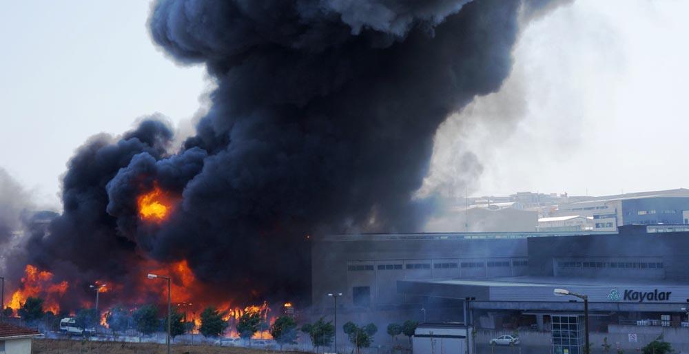 Boya fabrikası cayir cayir yandı