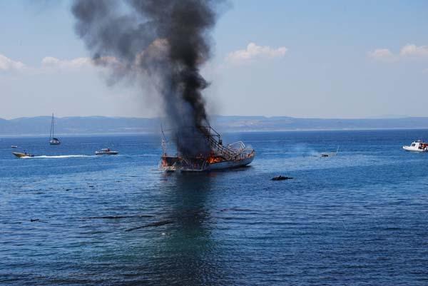 Gezi teknesi yandı 100 yolcu ölümden döndü!