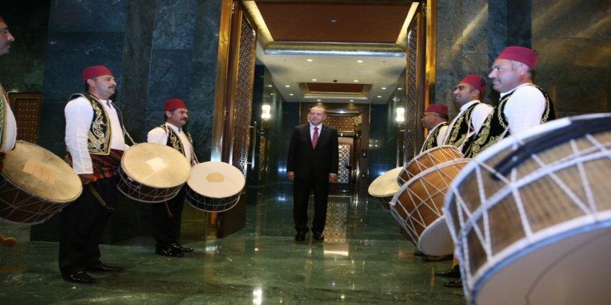 Erdoğan'a davulculardan karşılama