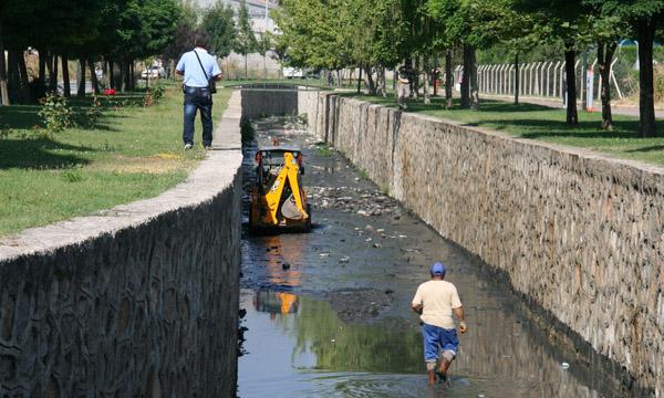 Bozüyük'te su kanalları temizleniyor!