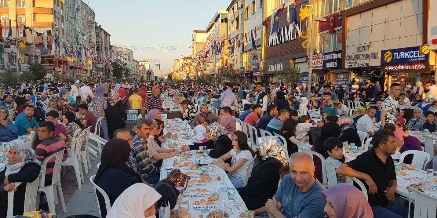 Sultanbeyli Kent Merkezinde Binlerce Kişi İftar Yaptı