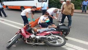 Motorsiklet otomobil ile çarpıştı!