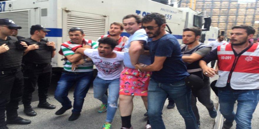 LGBTİ Yürüyüşünde Gerginlik Çıktı Polisin Araya Girmesiyle...