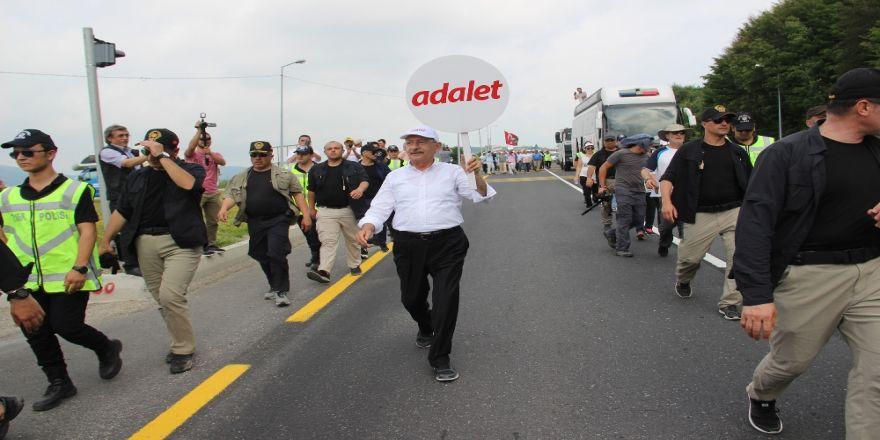 'Adalet Yürüyüşü'nde Koruma Polisine Saldırı