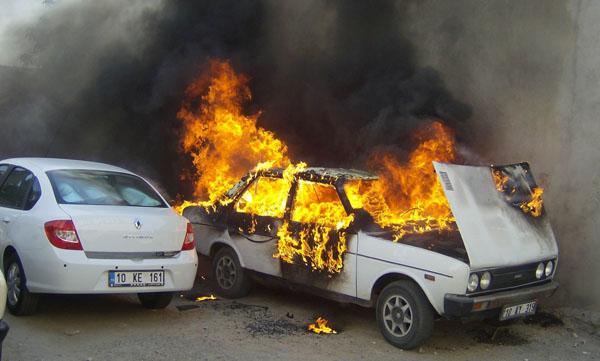 Park halindeki araç alev alev yandı!