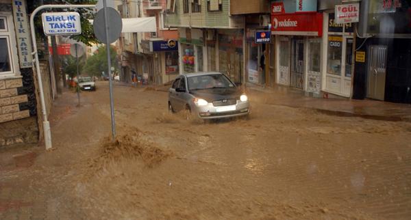 Sağanak yağış Malkara'da hayatı felç etti!