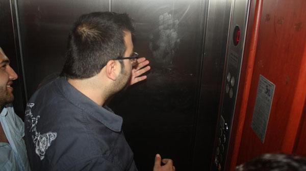 Gazeteciler asansörde mahsur kaldı!