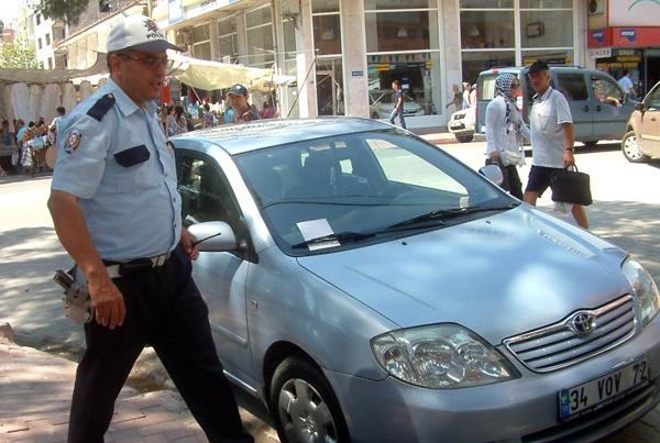 Polisten usulsüz parklara ceza!