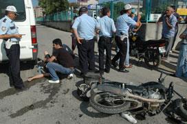 Motorsiklet minibüsle çarpıştı: 1 yaralı!