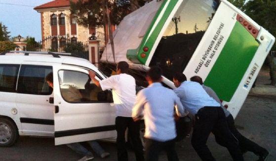 Darıca'da 3 araç birbirine girdi: 4 yaralı!