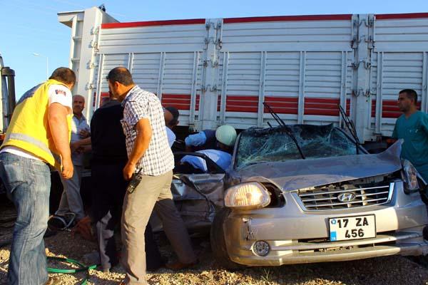 TIR otomobili biçti: 2 yaralı!
