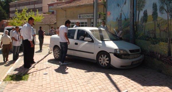 Virajı alamayan araç trafo binasına çarptı!