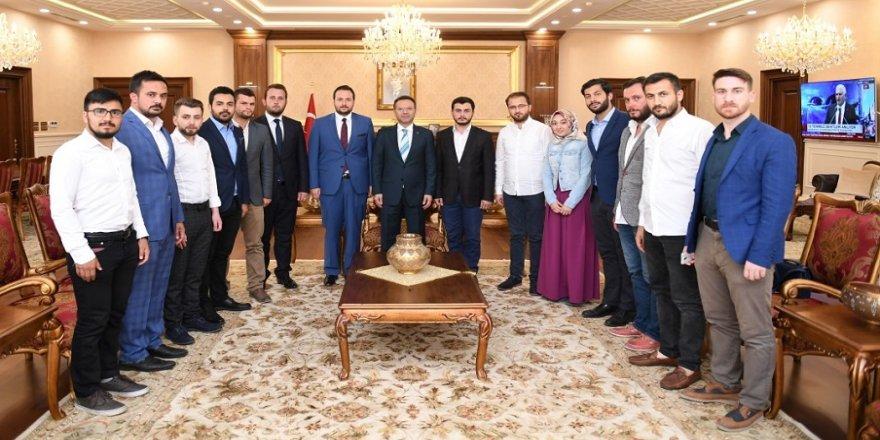 AK Parti'li gençlerden Vali'ye ziyaret