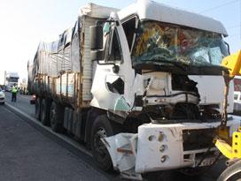 TEM'de kamyonlar çarpıştı!