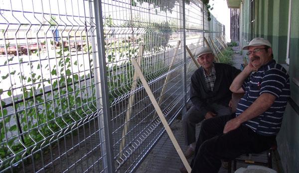 Tren yoluna tel çitler çekildi!