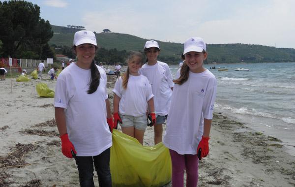 4 kilometrelik plajı minikler temizledi!