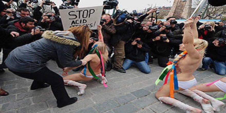 ÇIPLAK EYLEMLERİ İLE TANINAN FEMEN GRUBU O TÖRENDE YİNE SOYUNDU !