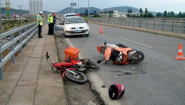Motorsikletler kafa kafaya çarpıştı!