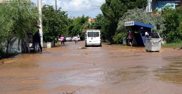 Yağmur yağmayan mahalleyi sel bastı!