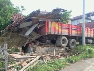 Tonlarca ağırlıktaki kamyon ahıra çarptı!