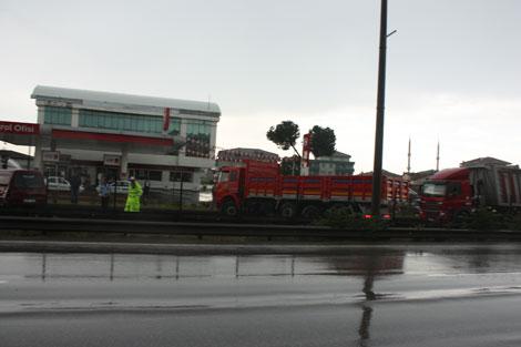 Sağanak yağış Gebze trafiğini vurdu!