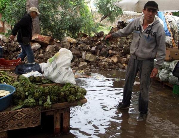 Pazarcılar yağmurun gazabına uğradı!