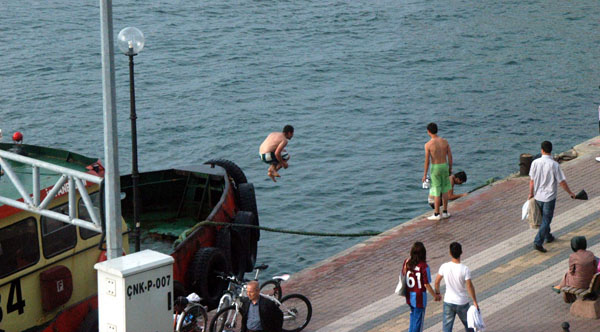 Yetkililerin uyarılarına aldırmadan yüzdüler!
