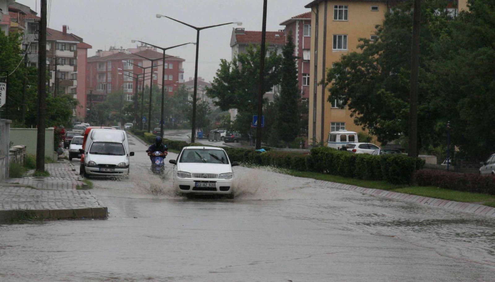 Sağanak yağış Edirne'de hayatı felç etti!