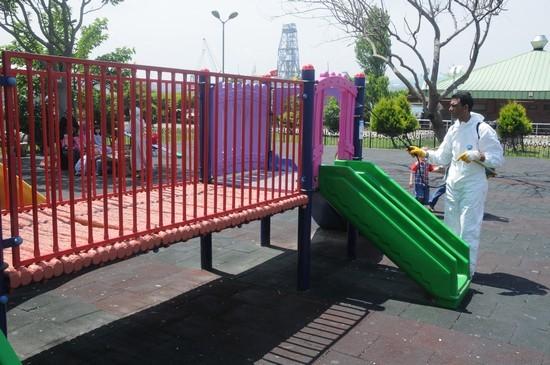 Çocuk parkları dezenfekte ediliyor!