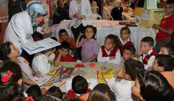Çocuklardan okuma standına büyük ilgi!