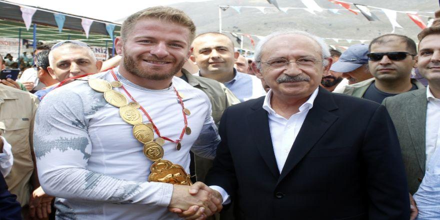 Kılıçdaroğlu, Başpehlivan Balaban'a Altın Hediye Etti